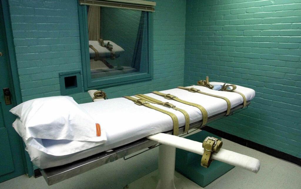 FASTSPENT DØD: Bildet viser USAs mest effektive dødskammer, i Huntsville-fengselet i Texas. I år har 17 personer fått den dødelige injeksjonen med tiopental mens de har ligget fastspent til «dødssenga». Foto: DAVID J. PHILIP/AP/SCANPIX