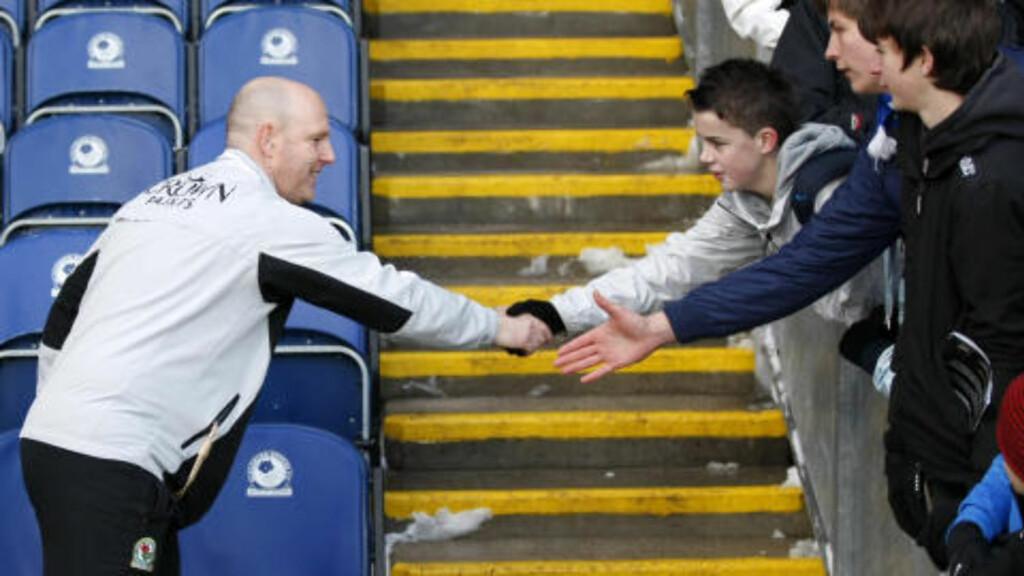 HALLO: Steve Kean hilser på Blackburn-fansen før kampen mot West Ham tidligere denne måneden. Foto: AP Photo/Tim Hales
