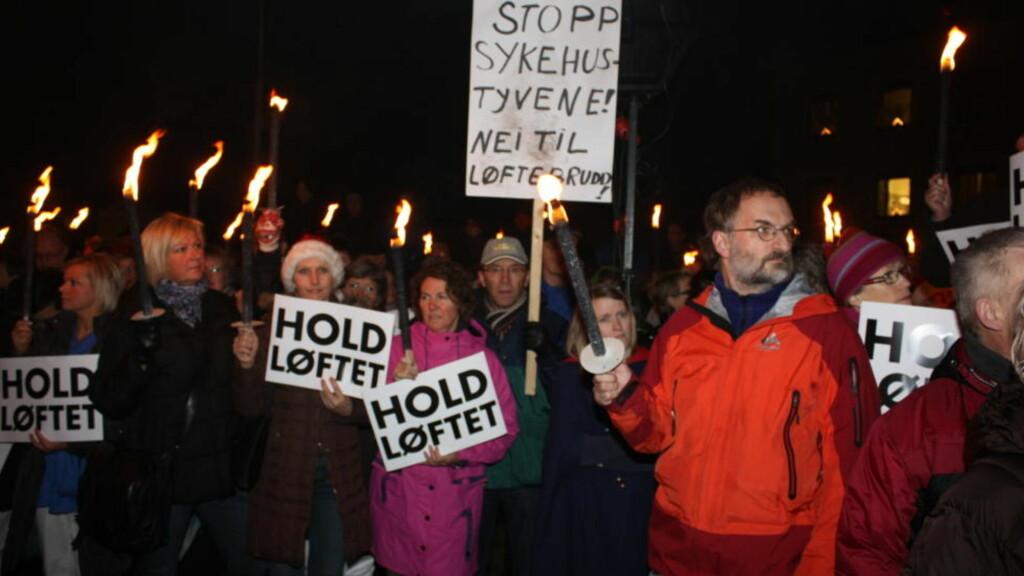 VIL HA SYKEHUS: Helseminister Anne-Grete Strøm-Erichsen ble buet ut av demonstranter da hun besøkte Molde tidligere denne måneden. Mange frykter at regjeringen vil skrinlegge planene om å bygge nytt sykehus i byen. Lokalsykehusene er viktige hjørnesteinsbedrifter i lokalsamfunnene, skriver kronikkforfatteren. Foto: Scanpix