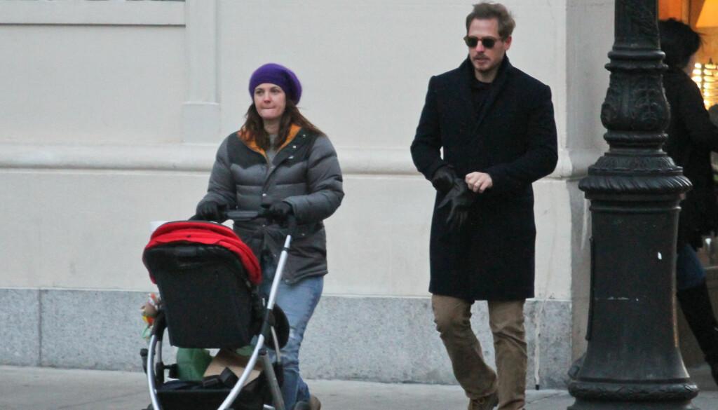 FORELDRE: Drew Barrymore og ektemannen Will Kopelman på trilletur med deres første barn - lille Olive som i dag er 10 måneder.  Foto: Stella Pictures