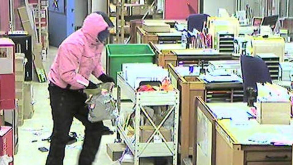 VESKE: En av ranerne bar på en sølvfarget veske med pynt i ulike farger som ble brukt til å oppbevare ransutbyttet, ifølge politiet. Foto;: Posten/Politiet