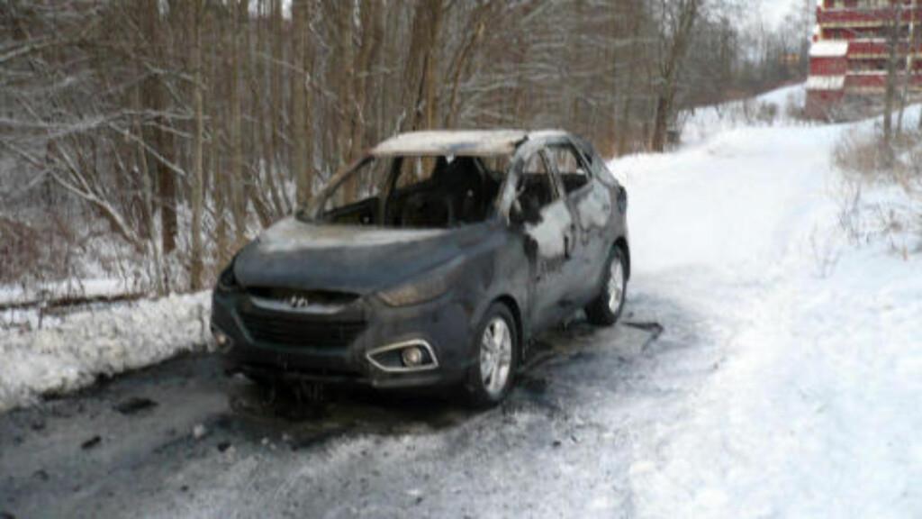 UTBRENT: Den ene fluktbilen, en Hyundai personbil, ble funnet utbrent i nærheten av ransstedet. Der slutter de fysiske sporene etter ranerne. Foto: 2400-TIPSER
