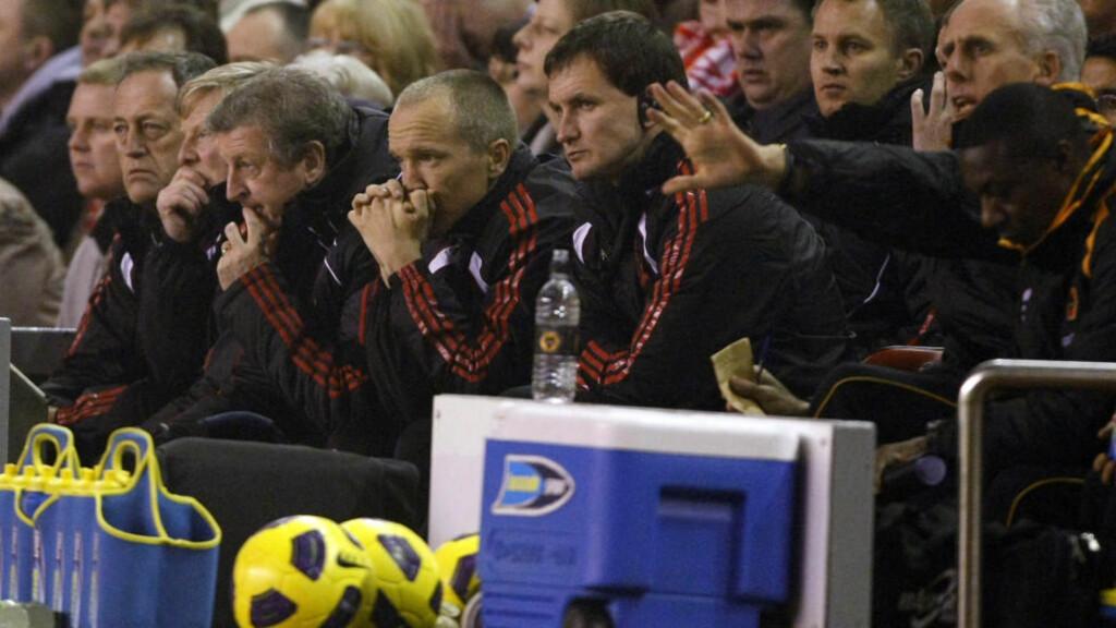 DYSTERT: Roy Hodgson ser mer og mer ut som en plaget mann, både på Liverpool-benken og når han må forklare nye og ydmykende tap. Her Adidas-arm nummer tre fra høyre.Foto: SCANPIX/AP/Tim Hales