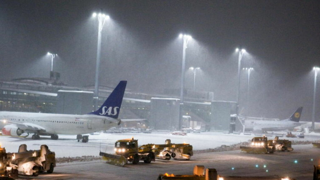 TAKLER SNØ: Norske brøytemannskaper hevder at rullebanen på Heathrow kunne vært ryddet på en halvtime. Foto: Nina Hansen , Dagbladet
