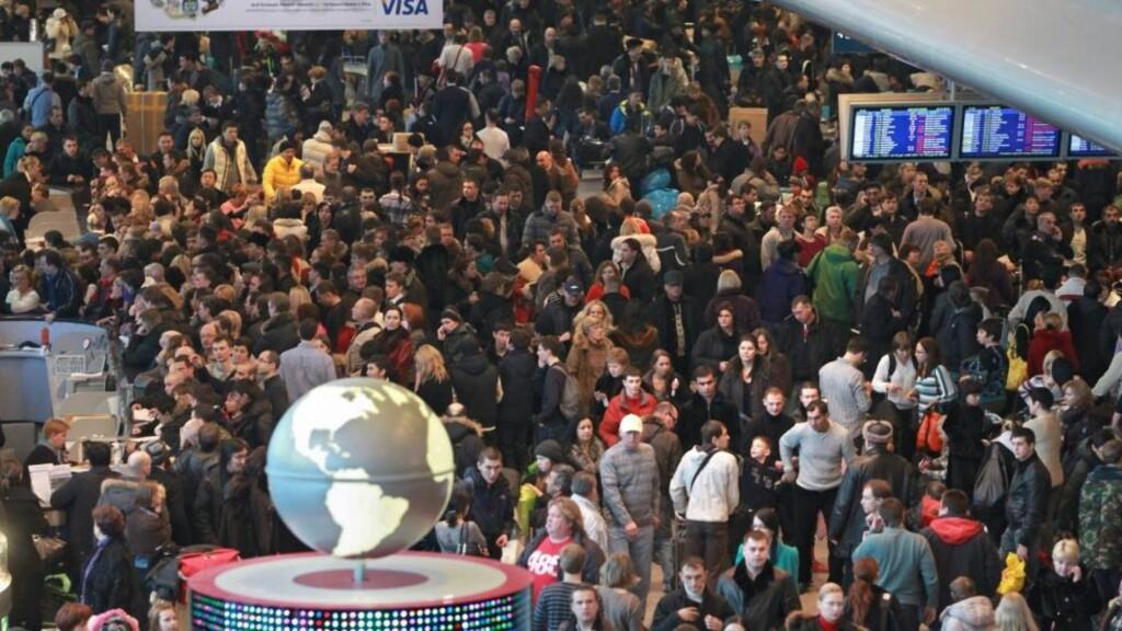 VÆRFAST: Uvær førte til at flere tusen passasjerer ble sittende fast på Domodedovo-flyplassen i Moskva 28. desember. Som i norsk innvandringspolitikk, er flyplassenes løsninger kortsiktige og fragmenterte, skriver kronikkforfatteren. Foto: SCANPIX