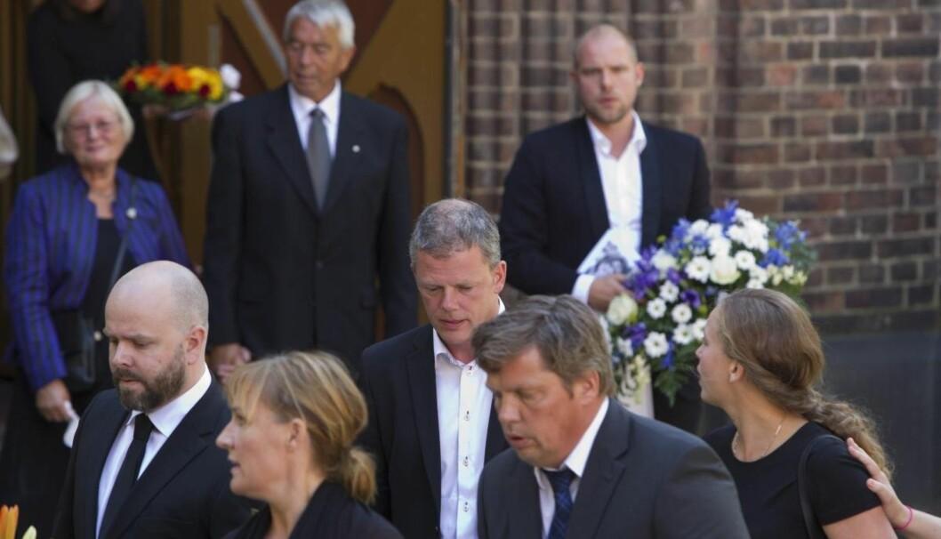 TUNGT FARVEL: Are Kalvø gikk bak kisten til sin kone Ellen Bjørklund Kalvø. Foto: Oddvar Walle Jensen/Se og Hør