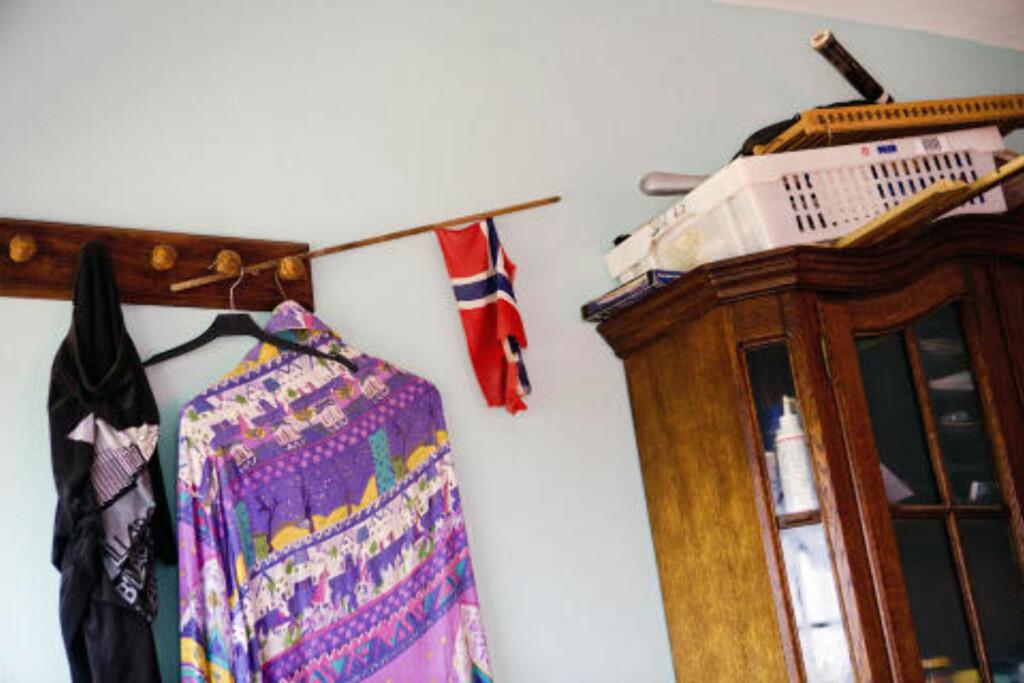 MINNE HJEMMEFRA: Et velbrukt norsk flagg er blant effektene på 45-åringens soverom. Foto: TORE MEEK/SCANPIX