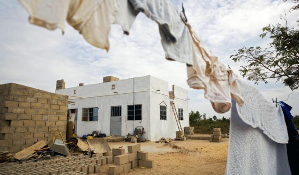 BESKJEDENT: I dette huset i den gambiske byen Brufut bor 45-åringen fra Grenlands-området store deler av året. Foto: TORE MEEK/SCANPIX