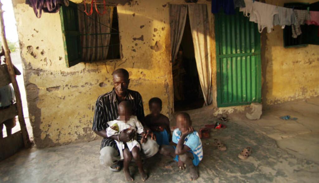 VILLE BLI NABO: Bakari Bojenj er far til fire av barna som skal ha blitt misbrukt av Grenlands-mannen. Før politet stormet 45-åringens soverom, hadde han planer om å bygge hus ved siden av nordmannens. Foto: TORGEIR P. KROKFJORD/DAGBLADET