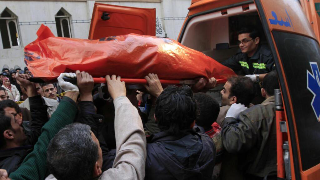 EKSKPLOSJON UTENFOR KIRKE: 21 kristne ble drept i Egypt natt til første nyttårsdag. Eksplosjonen skyldtes en bilbombe. Foto: Reuters/Scanpix