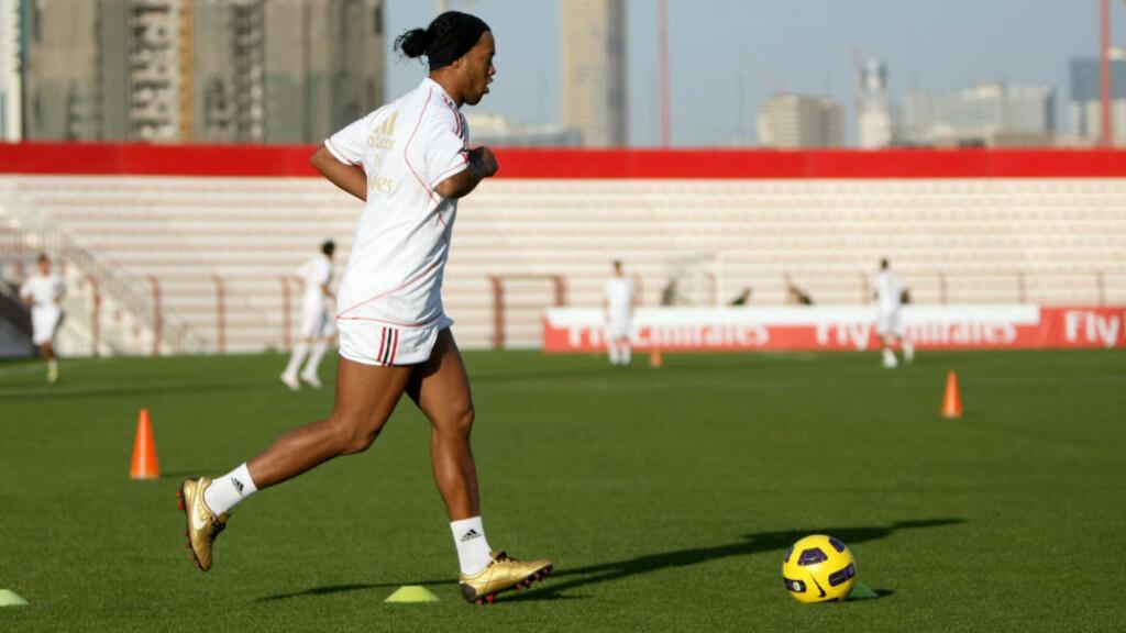 HJEM: Ronaldinho reiste rett fra Milans treningsleir i Dubai til Brasil.Foto: SCANPIX/AFP/MARWAN NAAMANI