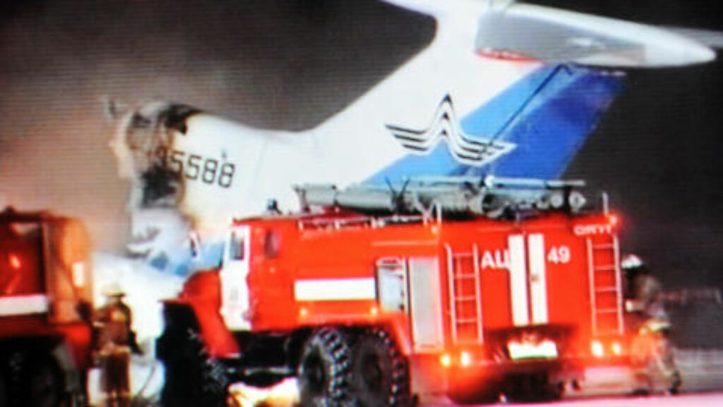 ØDELAGT: Etter eksplosjonen var bare en vinge og en del av halepartiet igjen av flyet. Foto: AFP PHOTO / NTV