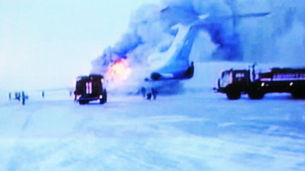 DRAMATISK : Minst tre personer mistet livet da et russisk passasjerflyet begynte å brenne i formiddag. I tillegg ble minst 43 personer skadet. Foto: AFP PHOTO / NTV