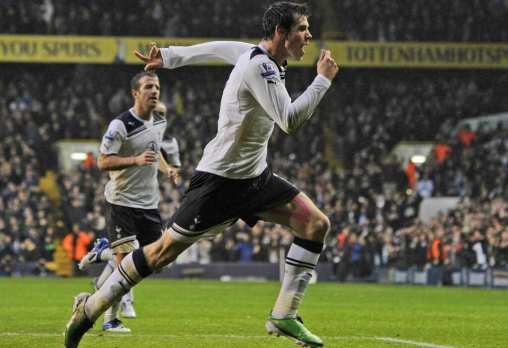 STO BAK VINNERMÅLET: Gareth Bale trengte bare sneie borti ballen med hodet på Rafael van der Vaart knallharde frispark. Den scoringen holdt til tre poeng på en høyst ordinær dag på jobben for Spurs. Foto:  (AP Photo/Tom Hevezi)