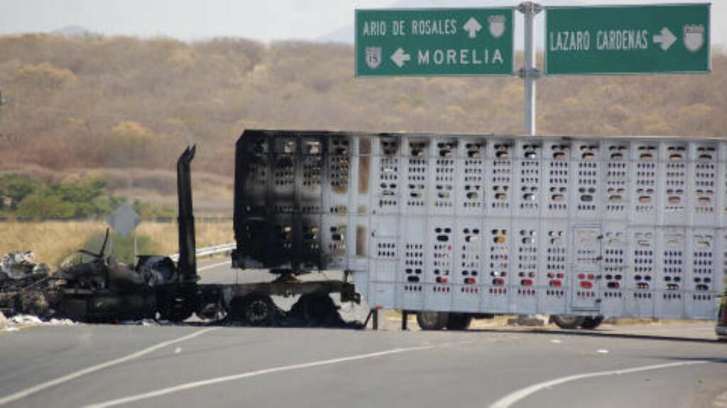 VEISPERRING: Denne lastebilen ble brukt som veisperring av gjengmedlemmene i desember i fjor. Foto: REUTERS/Leovigildo Gonzalez/Scanpix