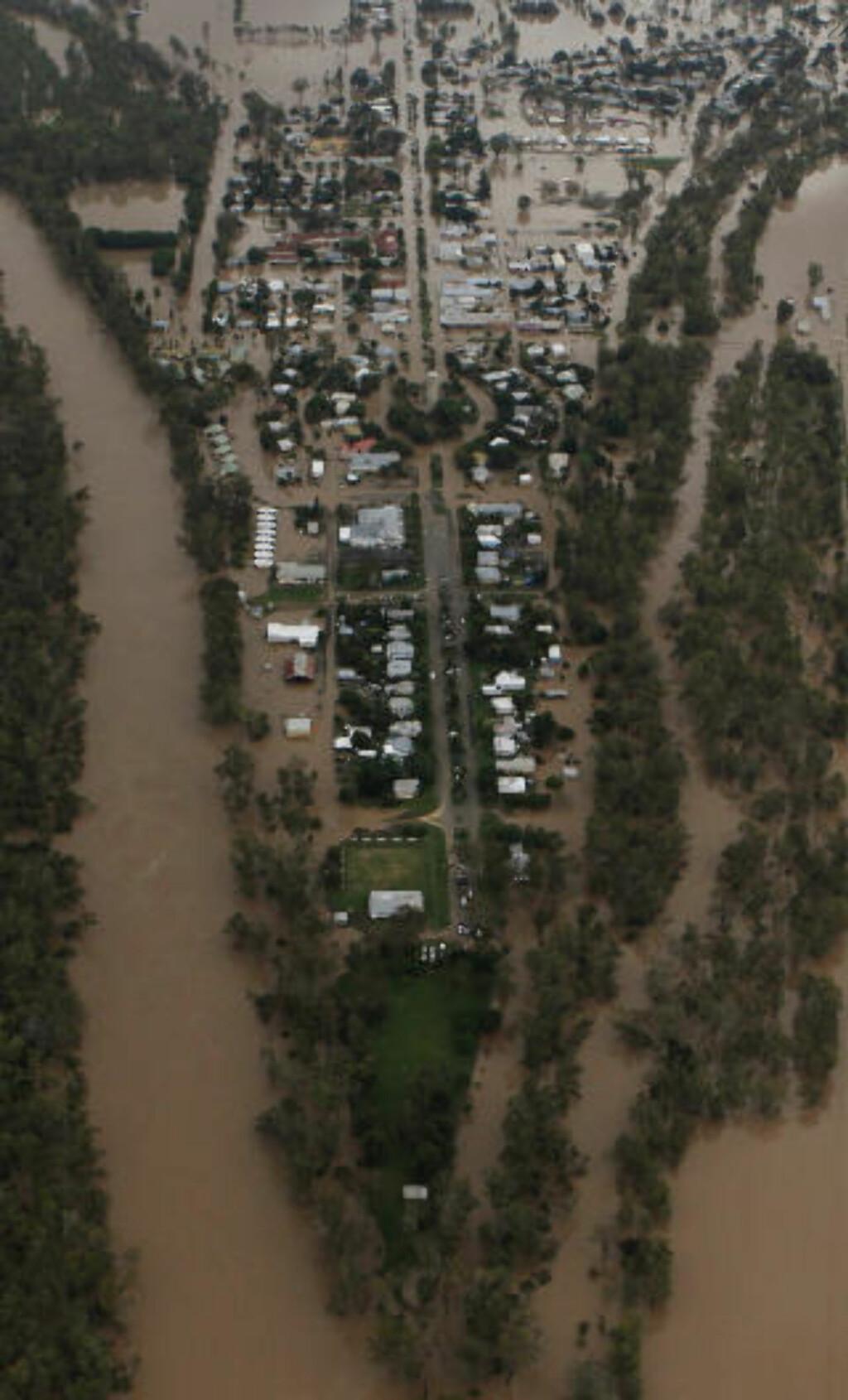 - BLANT DE VERSTE: Meteorologer hevder det aldri tidligere er notert større oversvømmelser i landets historie. Her er et flyfoto fra byen Theodore. Foto: REUTERS