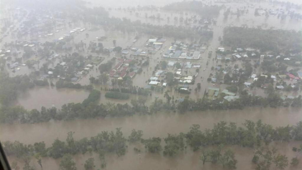 VÅTE DAGER: Slik så det ut i byen Theodore i går. Byen nordvest for Brisbane er blant mange som nå står under vann. 200 000 mennesker er berørt av flommen.  Foto: REUTERS / Queensland Police Service