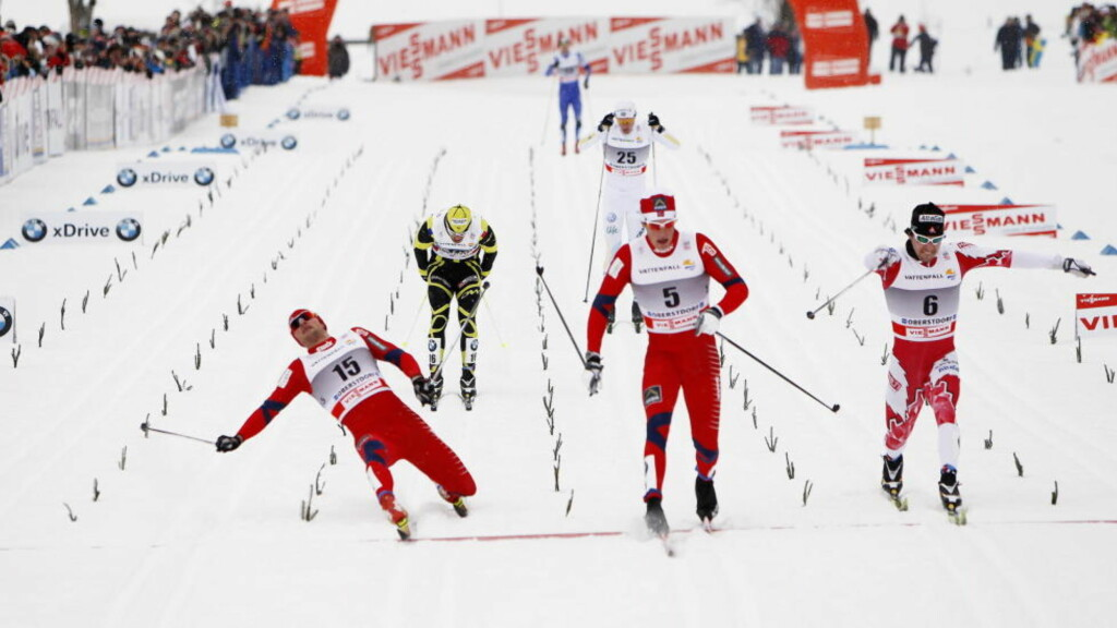 TRENGTE MÅLFOTO: Men kanadiske Alex Harvey var de nødvendige centimeterne foran Northug, som dermed ble slått ut allerede i kvartfinalen. Simen Østensen (i midten) tok seg til slutt helt til finalen, der han ble nummer fire.   Foto: Gorm Kallestad / Scanpix