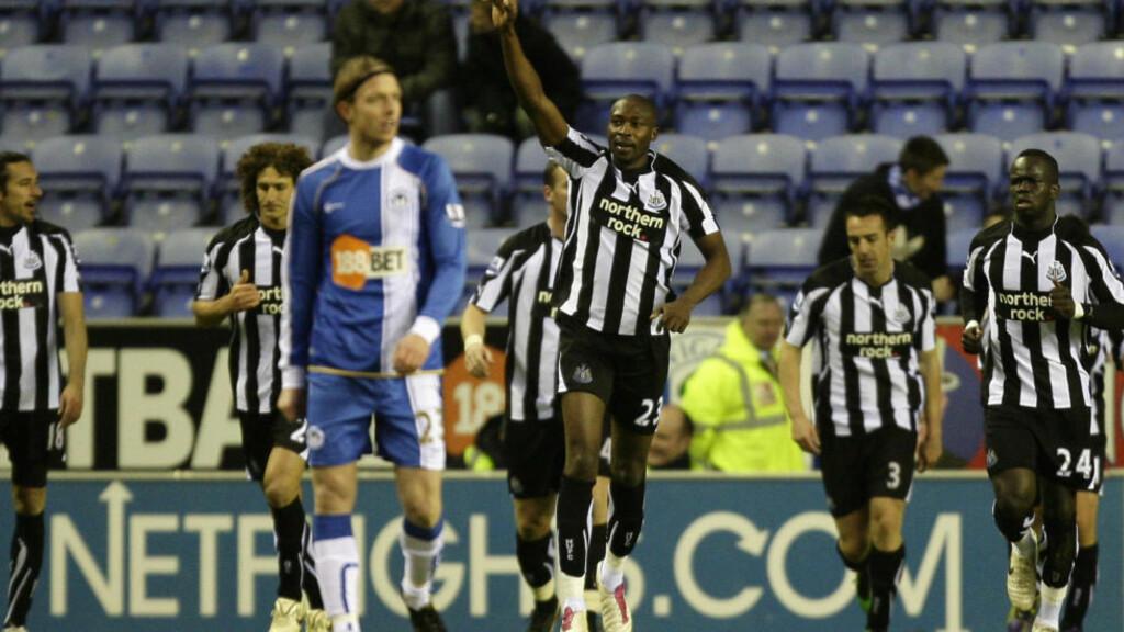 MATCHVINNER: Shola Ameobi satte inn en stolperetur og ga Newcastle 0-1-seier borte mot Wigan søndag. Dermed løftet han laget til 10.-plass i engelsk eliteserie. Foto: AP Photo/Jon Super