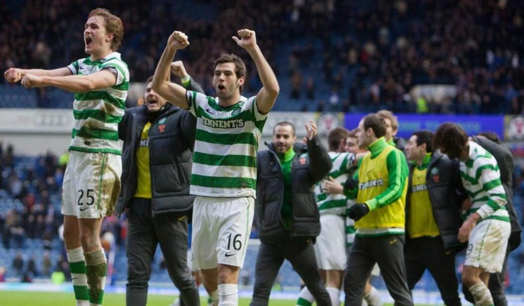 <strong>JUBLET:</strong> Thomas Rogne (t.v) jubler sammen med Celtic-spillerne etter å ha slått erkerival Rangers på Ibrox. Foto: AP Photo/Chris Clark
