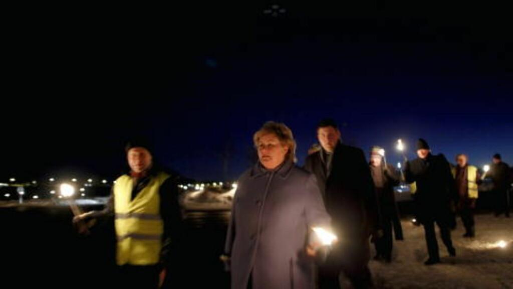 ERNA MED: Høyre-leder Erna Solberg var med på markeringen «Lys til ettertanke» i Stokke kommune i Vestfold. Foto: Kyrre Lien / Scanpix.