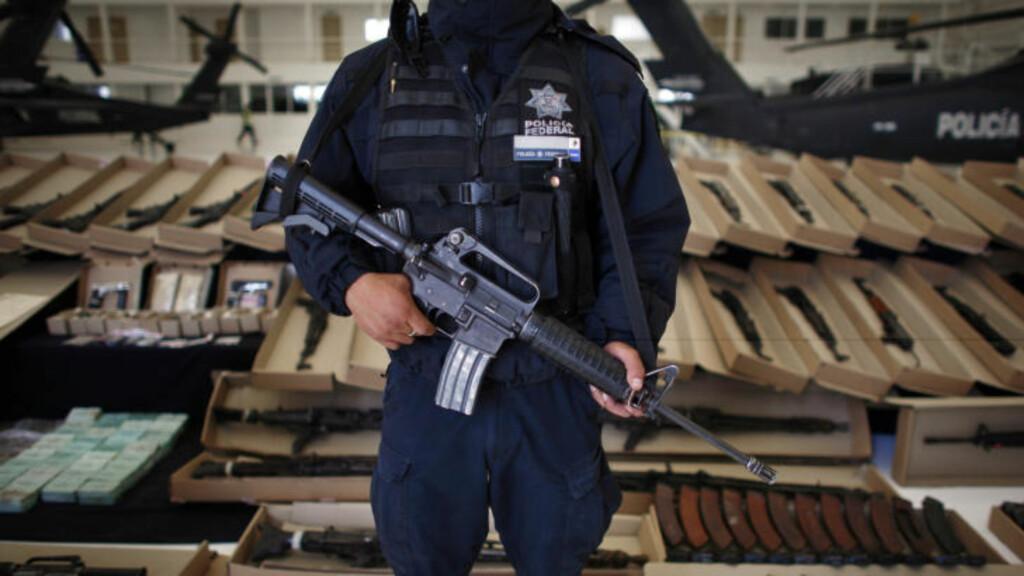 STRENGE VÅPENREGLER: Til tross for at Mexico har strenger våpenlover, flyter det av våpen. Foto: AP Photo/Miguel Tovar/Scanpix