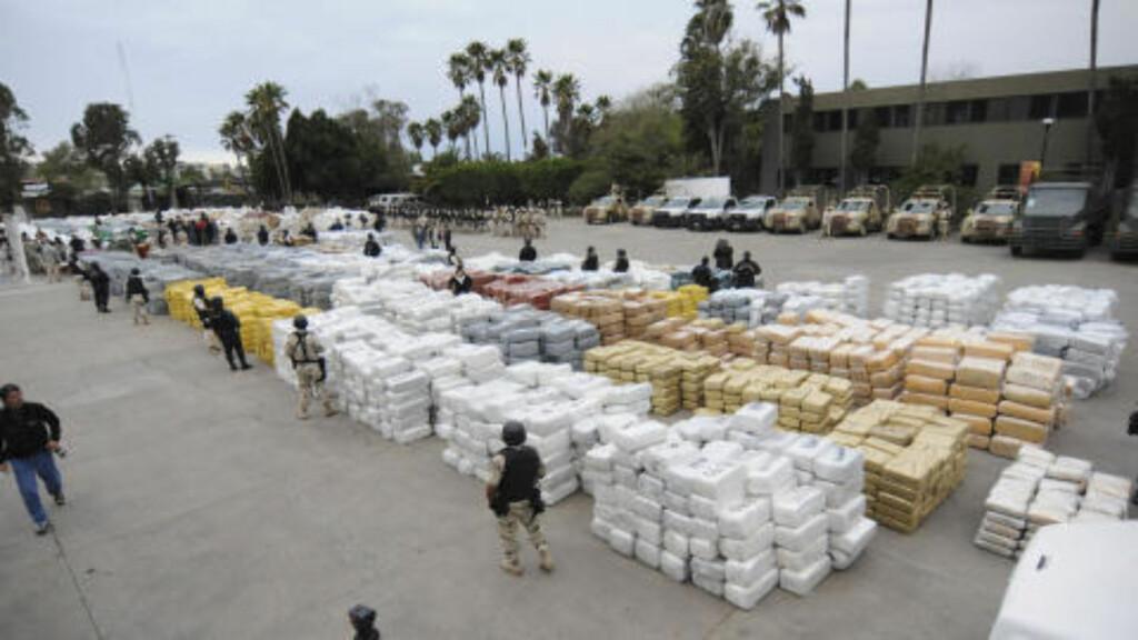 NARKOKRIG: Det er kontroll på områder og dermed narkoruter det kjempes om i Mexico. Her har myndighetne tatt beslag i 105 tonn marihuana. Foto: AFP PHOTO / FRANCISCO VEGA/Scanpix