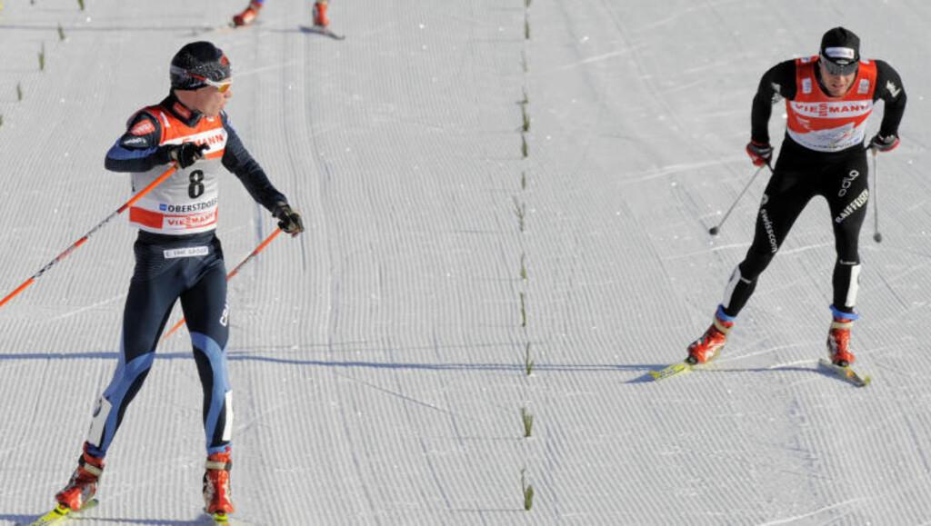 FINSK SEIER: Matti Heikkinen kontrollerer at han vinner foran sammenlagtleder Dario Cologna. Foto: Jens Meyer, AP/Scanpix