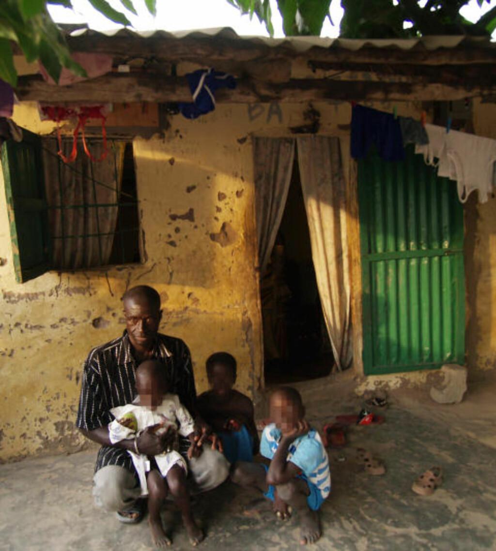 FAR: Dette er faren til fire av guttene som ble funnet sammen med den nå pedofilisiktede nordmannen i Gambia. Gutten bakerst, nummer tre fra venstre, ble angivelig funnet på rommet til nordmannen. Foto: Torgeir Krokfjord