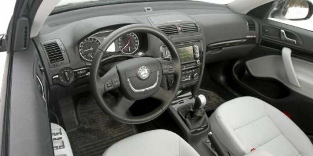 TOPPMODELL: Testbilen er toppmodell og meget godt utstyrt. Stolene er faste og gir god støtte, og ergonomien for fører er god. Egil Nordlien HM Foto
