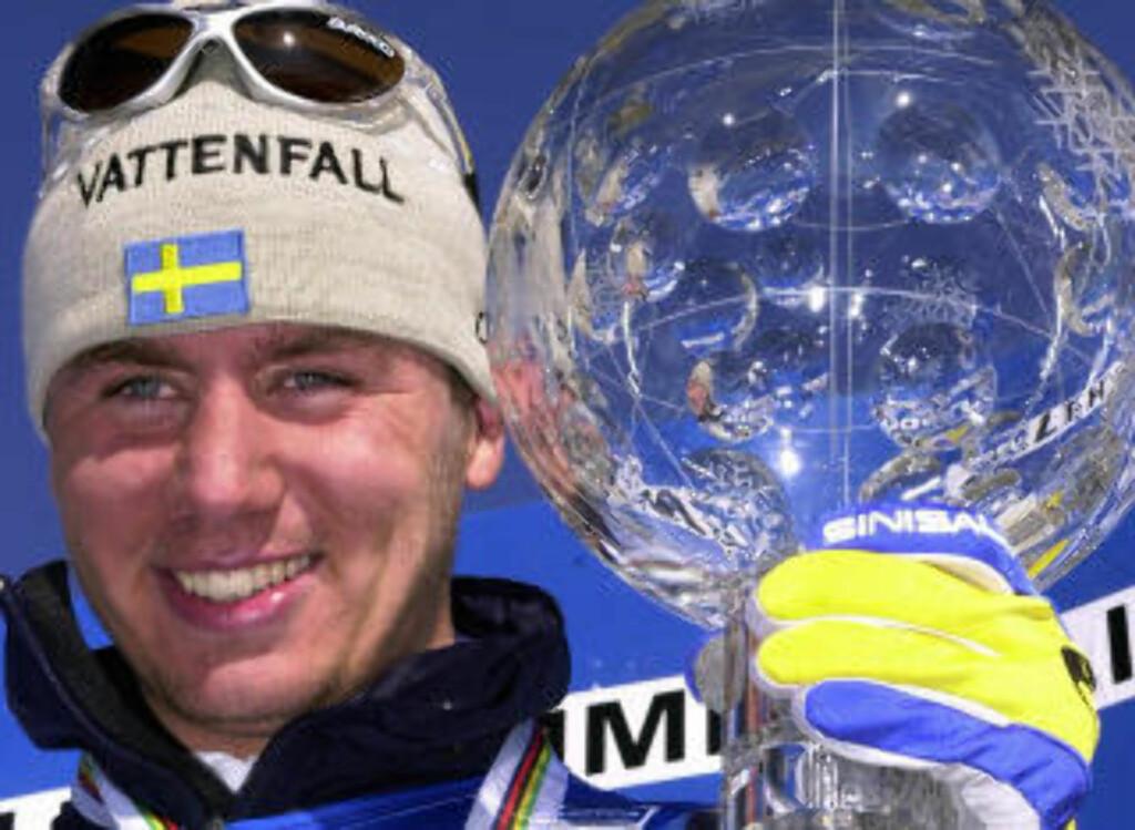 KRITISK: Per Elofsson med trofeet for sammenlagtseieren i verdenscupen etter 8. plass i Birkebeinerrennet 2002. Foto: Heiko Junge, Scanpix