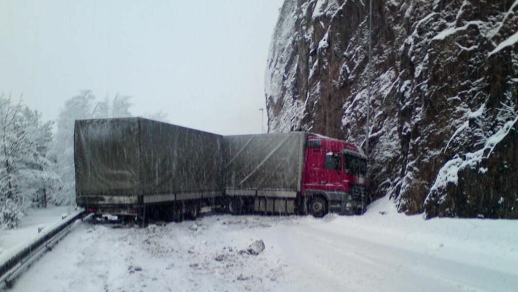 - KJØR FORSIKTIG: Det meldes om fryktelig glatte veier og mange ulykker i hele sør-norge idag. To vogntog kræsjet ved Mandal på E 39 i formiddag. Ulykken skapte køkaos og E 39 var stengt i flere timer etterpå. Foto: Ivar Haugland