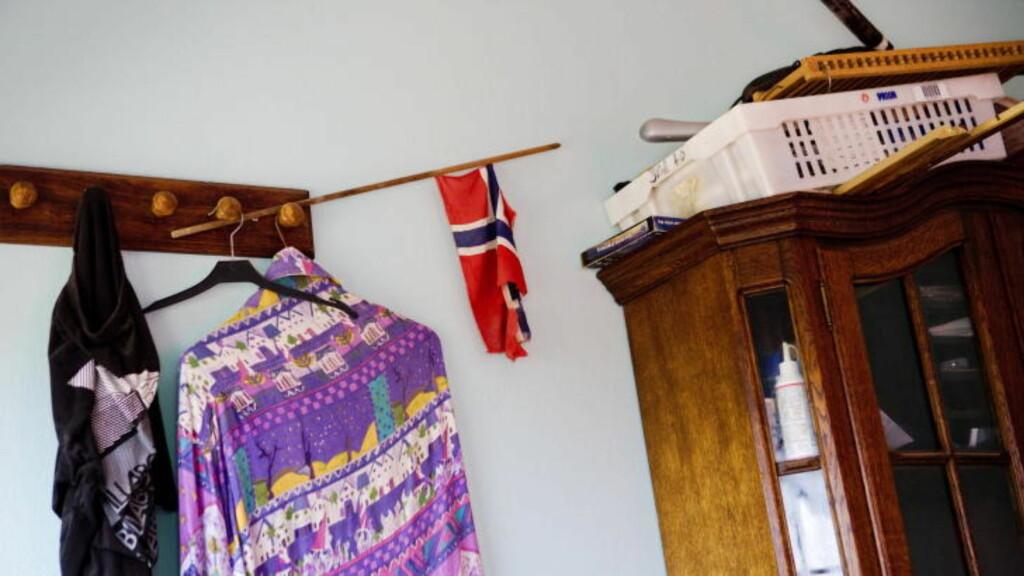 NORSK FLAGG: På soveromsveggen i leiligheten til den 45 år gamle mannen som er pågrepet i Gambia, henger det blant annet et norsk flagg. Leiligheten er en del av en tomannsbolig som ligger i Brufut, en drøy times kjøretur utenfor Gambias hovedstad Banjul. Foto: Tore Meek / Scanpix