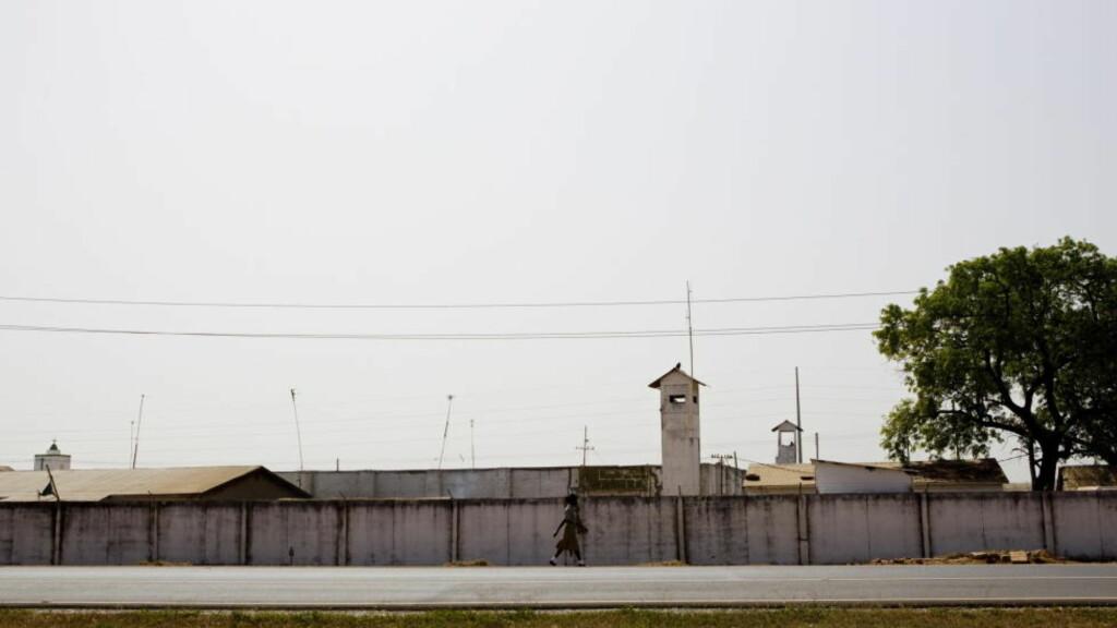 SITTER HER: Bak disse murene i det beryktede Mile-2 fengselet utenfor Gambias hovedstad Banjul sitter 45-åringen fra Norge fengslet. Foto: Stringer / Scanpix