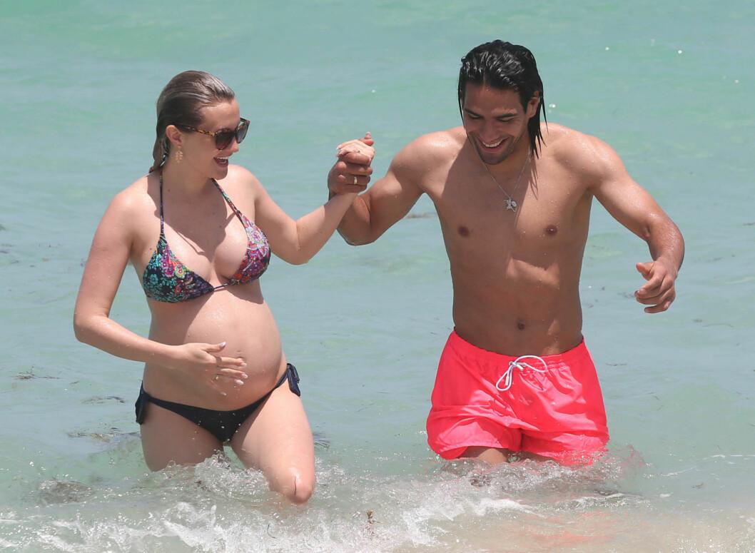 <strong>FORELSKET:</strong> Den columbianske fotballspilleren Radamel Falcao tok en svømmetur i Miami sammen med sin gravide kone Lorelei Taron.   Foto: FameFlynet