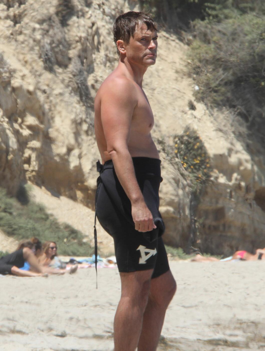 <strong>SURFET:</strong> Rob Lowe tok seg en pust i bakken etter en surfetur.  Foto: Fame Flynet