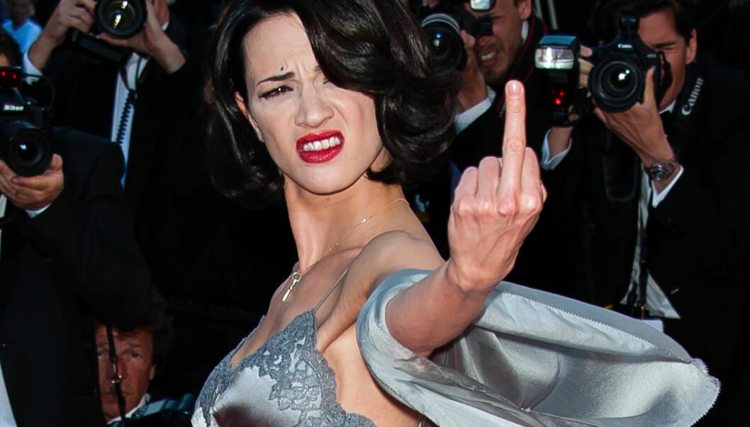 SUR: Asia Argento benyttet ventetiden i Cannes til å vise finger til publikum. Nå får hun kjeft for sin upassende oppførsel.  Foto: DLM Press/Fame Flynet