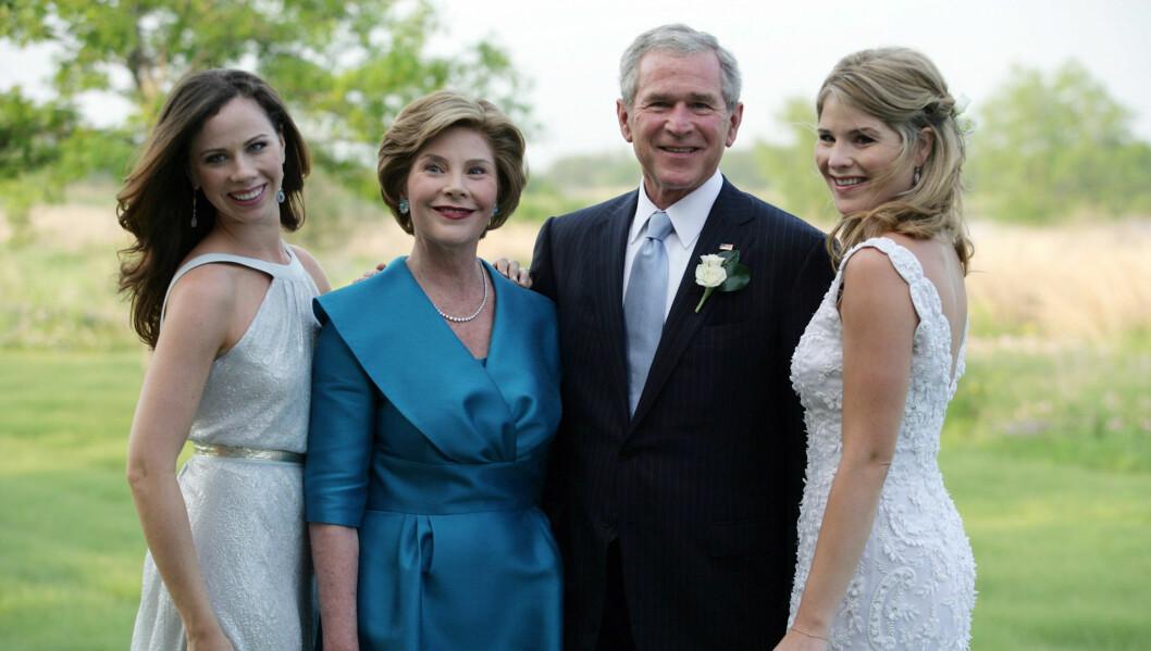 BABYLYKKE: USAs tidligere president George W. Bush og kona Laura ble i helgen besteforeldre for første gang, og datteren Jenna ble mor. Her fra Jennas bryllup for fem år siden. Tvillingsøsteren Barbara står til venstre. Foto: All Over Press