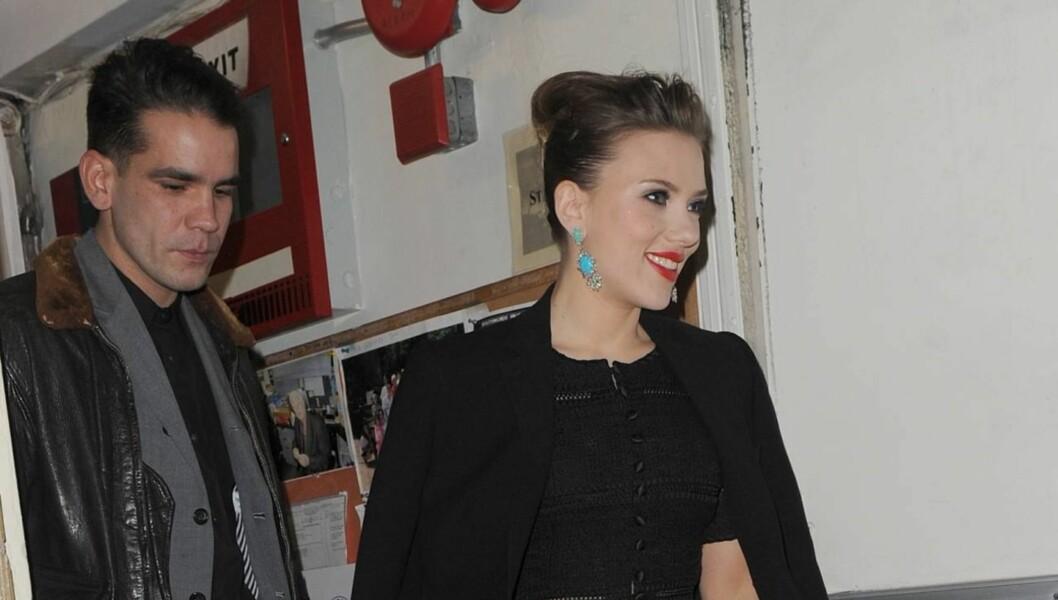 BEKREFTER FORHOLD: Scarlett Johansson og Romain Dauriac har datet hverandre siden november. Nå bekrefter hun at de er et par. Foto: All Over Press