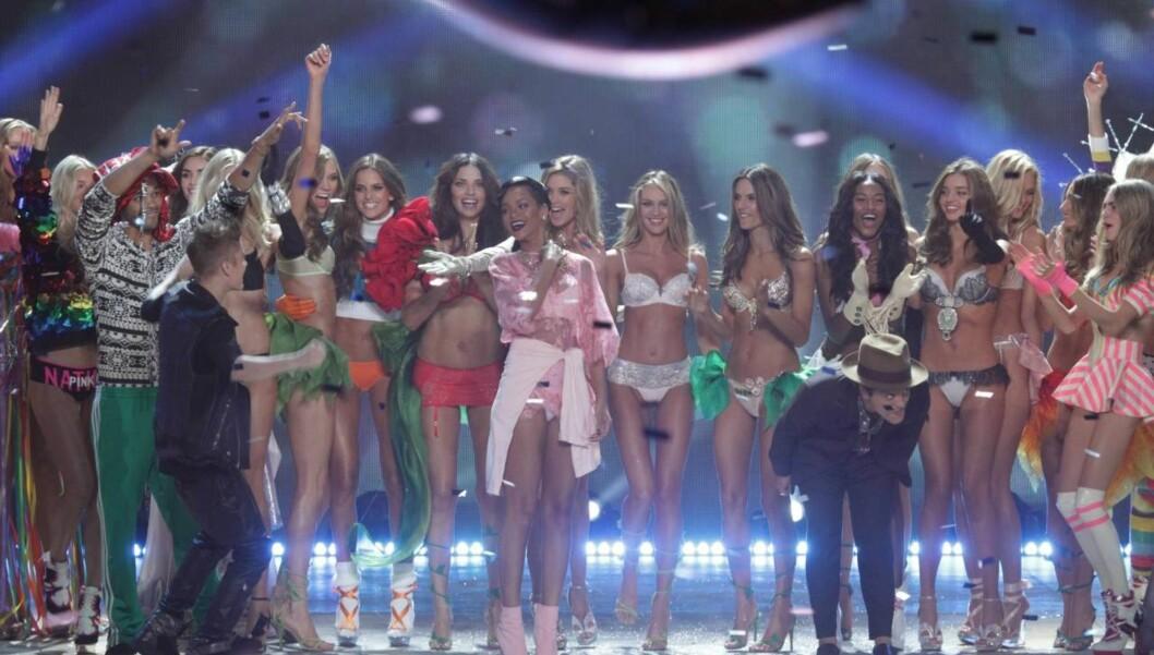 GOD KJEMI: I november i fjor sto Rihanna og Justin Bieber sammen på scenen da Victoria's Secret-englene holdt visning i Los Angeles. Foto: All Over Press
