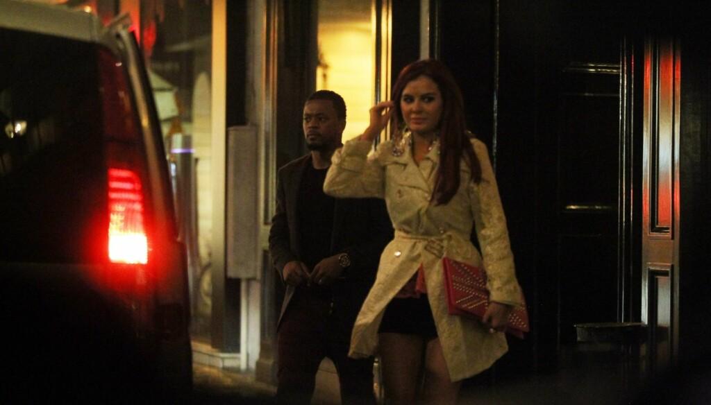 TATT: Her er den gifte småbarnsfaren Patrice Evra avbildet med Playboymodellen Carla Howe i Paris i forrige uke. Nå sier hun til The Sun at hun ikke ante at han var gift før hun ble hans elskerinne. Foto: Stella Pictures Sweden