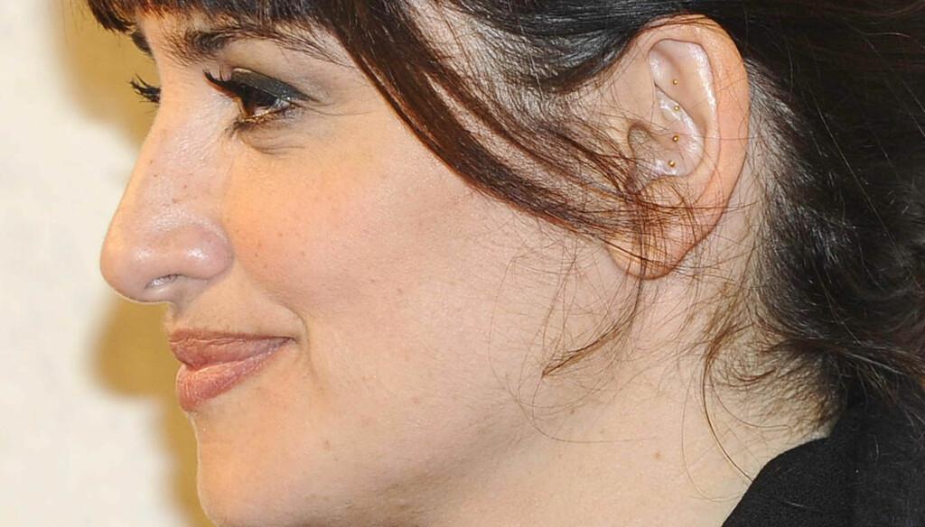 AKUPUNKTUR: Penelope Cruz har fått akupunktur-behandling, og har derfor fire nåler stukket inn i øret. Foto: FameFlynet