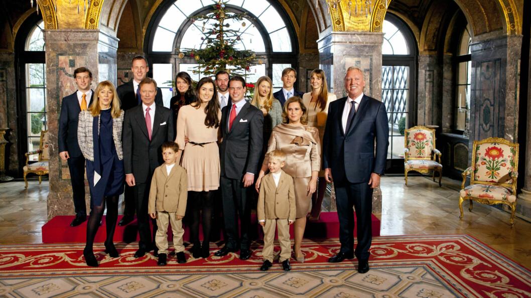 <strong>HELE FAMILIEN:</strong> Torsdag ble de offisielle forlovelsesbildene publisert. Her er prins Felix og kjæresten sammen med familien.  Foto: All Over Press