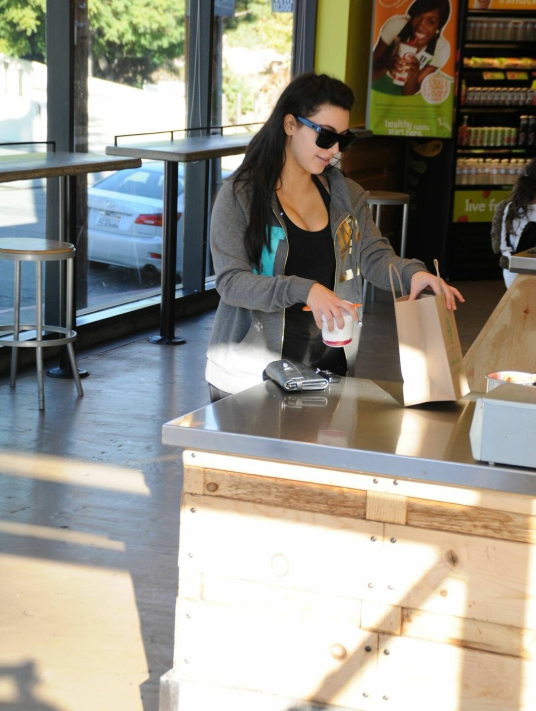 GRAVIDLYKKE: Kim Kardashian dro innom den lokale Jamba Juice-butikken ved treningssenteret i Los Angeles for å få i seg litt næring etter treningsøkten. Foto: All Over Press