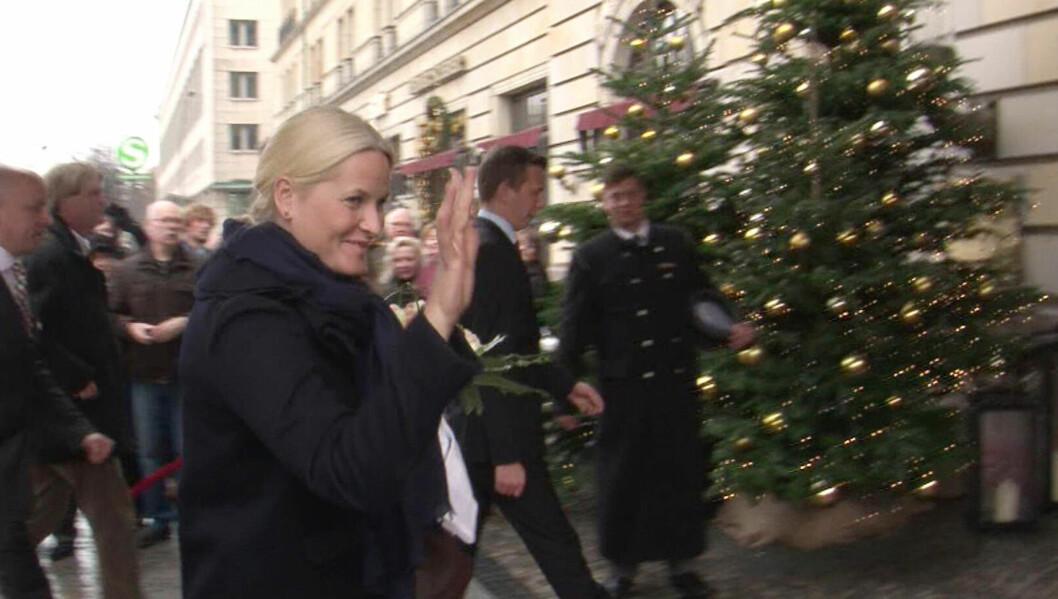 JULEPYNT: En opplagt Mette-Marit kom til et julepyntet Berlin i går. Foto: All Over Press