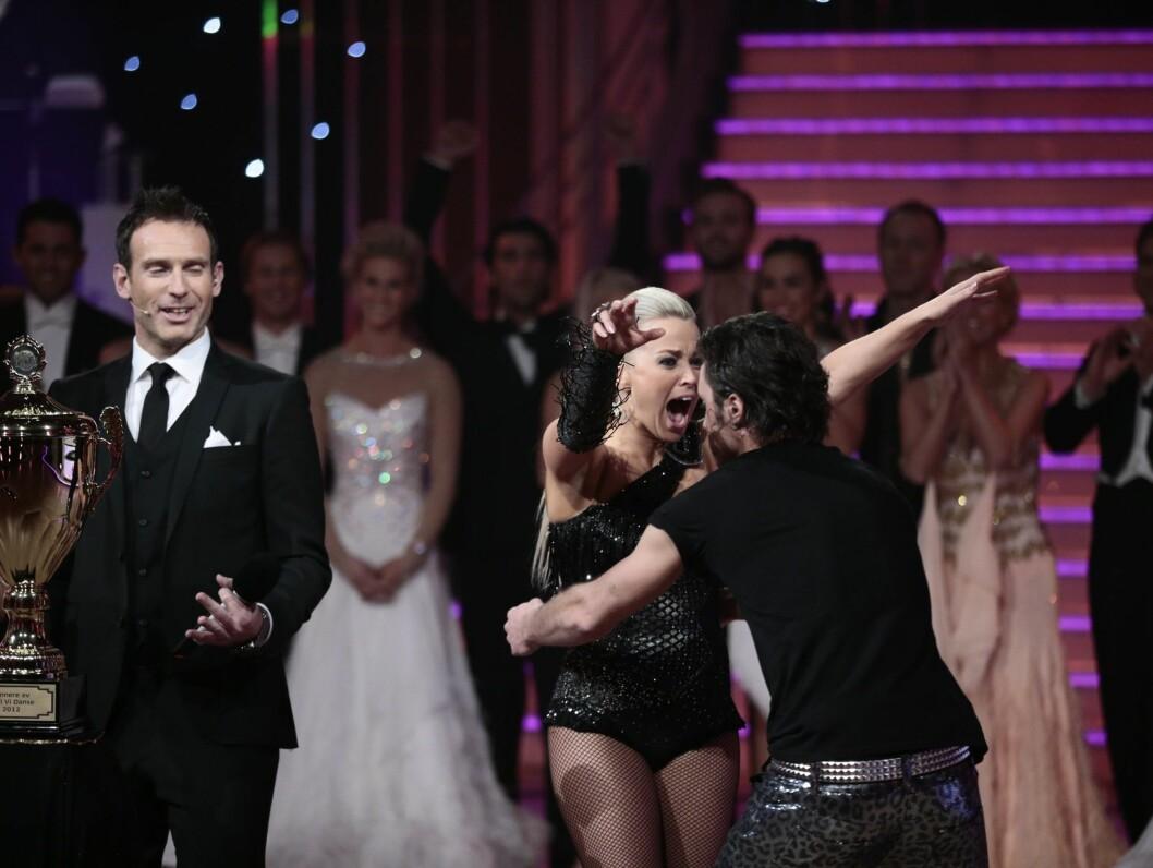 KASTER SEG RUNDT HALSEN: Hanne Sørvaag kaster seg rundt halsen på Egor Filipenko etter finalen.  Foto: NTB scanpix