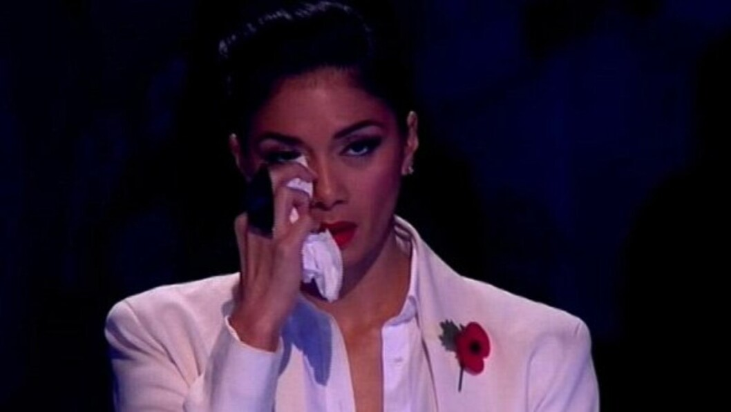 TOK TIL TÅRENE: Nicole Scherzinger var tydelig preget av nyheten om bestemorens død under lørdagens «X Factor»-sending i Storbritannia.  Foto: ITV