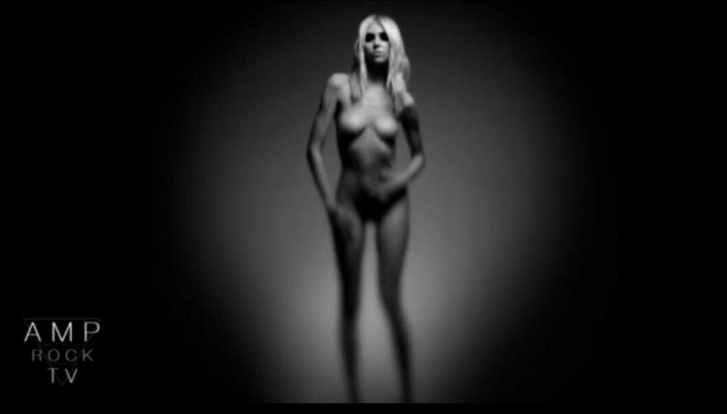 <strong>NAKEN:</strong> Taylor Momsen kaster klærne i bandets seneste video. Foto: YouTube