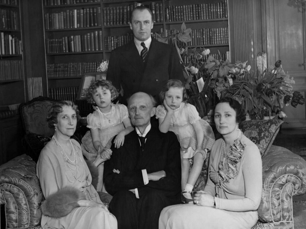 <strong>Ca 1937:</strong>  Kronprins Olav  -  bak.  Prinsesse Ingeborg, prinsesse Astrid,  prins Carl, prinsesse Ragnhild, kronprinsesse Märtha. Foto: NTB scanpix