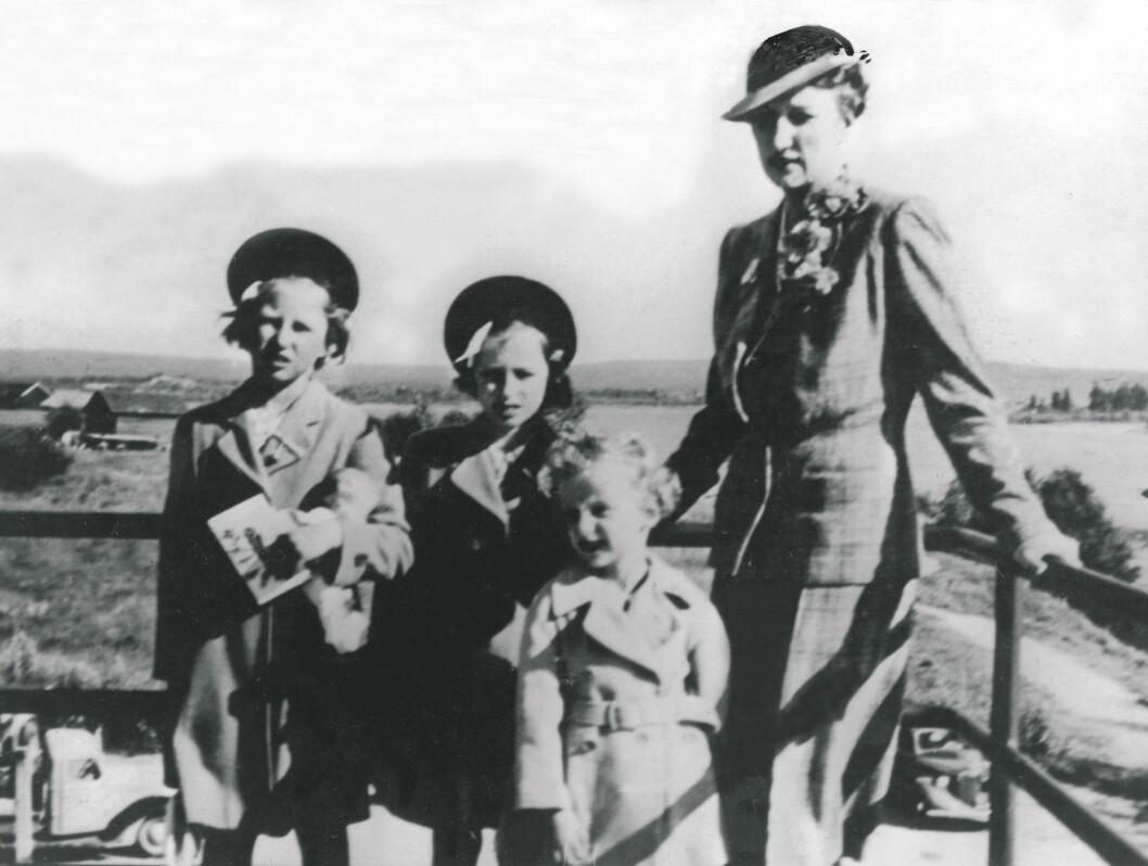<strong>1940:</strong>  Kronprinsfamilien under 2. verdenskrig. Kronprinsesse Märtha og barna i Rovaniemi,  like før avreisen til USA. F.v.: prinsesse Astrid, prinsesse Ragnhild,  prins Harald og kronprinsesse Märtha.  Foto: SCANPIX
